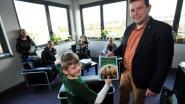 Jenne (9) overhandigt klimaatbundel met acties aan burgemeester