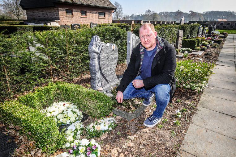 Chris Allemeersch bij het graf van zijn grootmoeder, waar de rozen verdwenen.