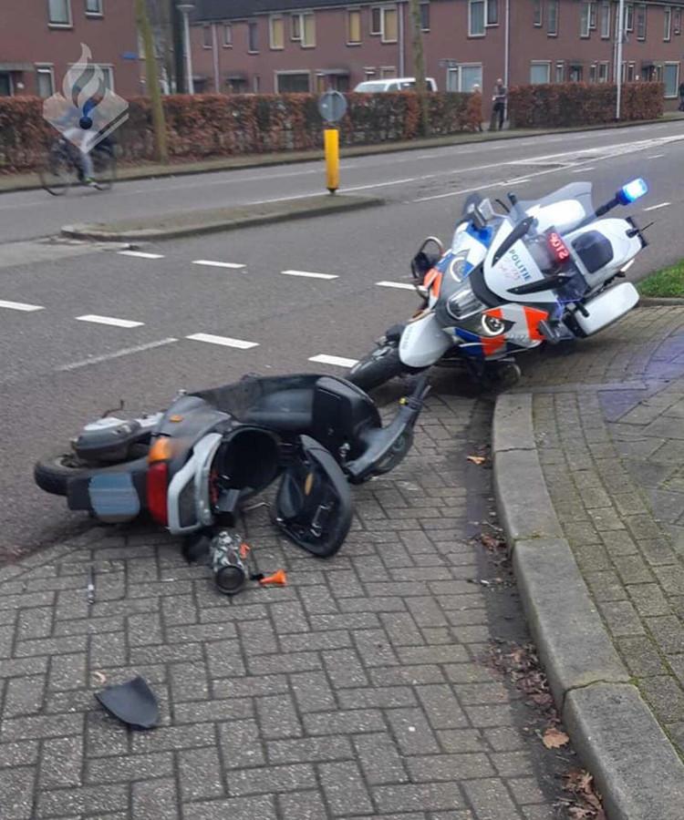 Vluchten kan niet meer voor de bestuurder van deze scooter. Tijdens een politieachtervolging smakte hij twee keer tegen het asfalt.