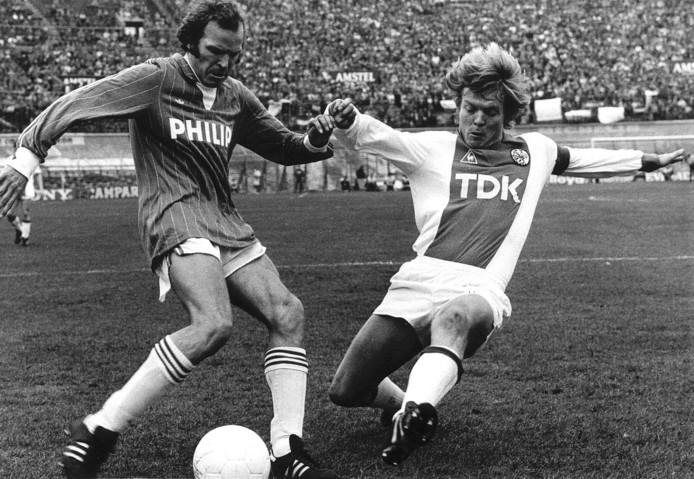 PSV'er Willy van de Kerkhof (links) in 1983 in duel met Ajacied Søren Lerby ten tijde van diens reeks.