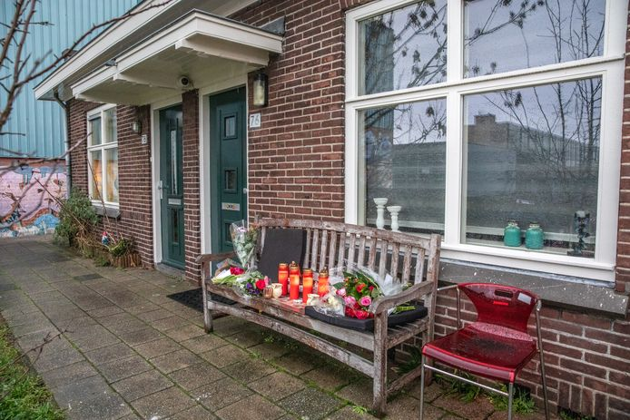 Het bankje voor het huis van Henk W aan de buitengasthuisstraat werd ingericht als gedenkplek.