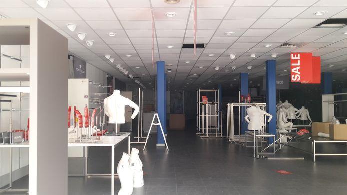 De winkel in Geldrop waar het ongeluk gebeurde staat leeg. De modeketen verkeert in faillissement.