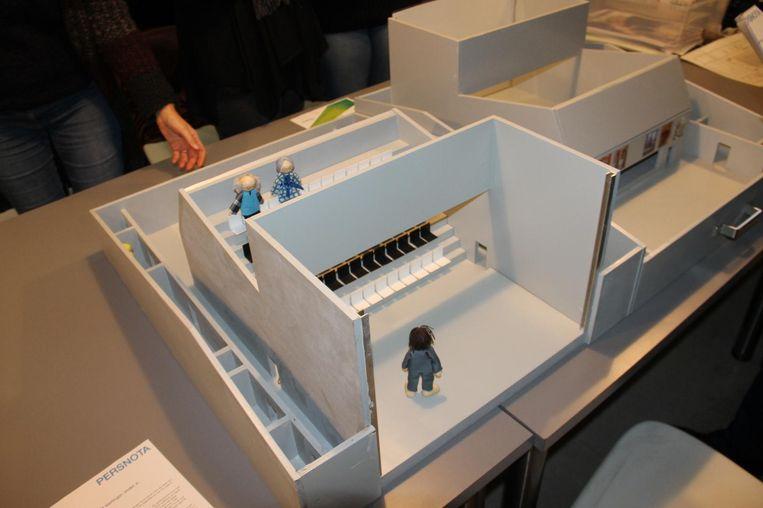 De theaterkofffer is in feite een maquette van cultuurhuis De Leest, met poppetjes, fiches en doe-opdrachten.