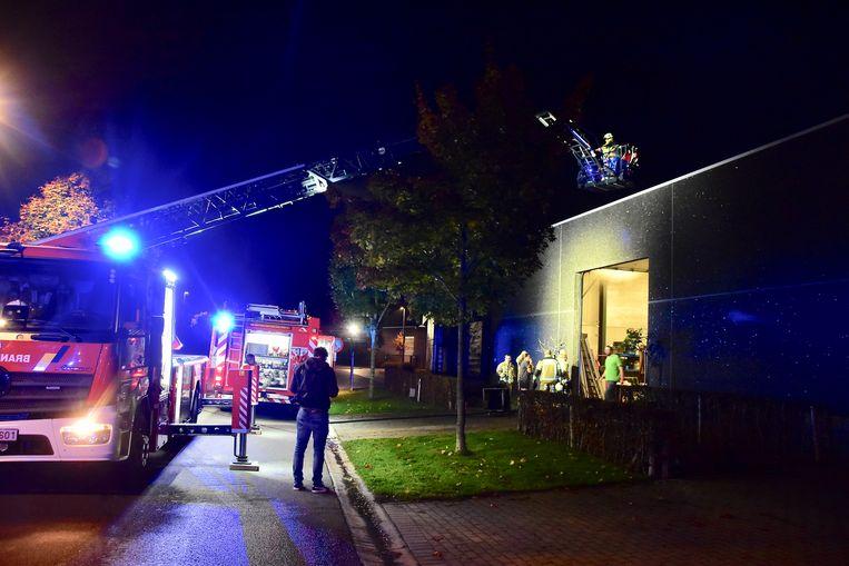 De brandweer kon zich beperken tot nazicht en het rookvrij maken van zowel loods als achterliggende woning van de tuinaannemer.
