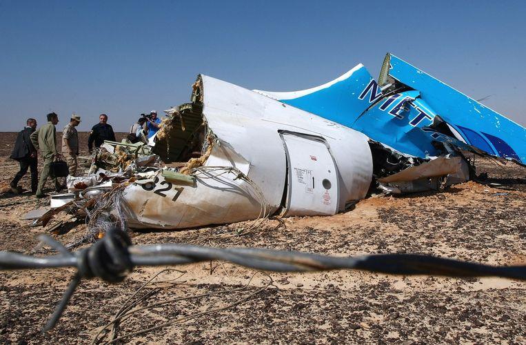Een wrakstuk van de gecrashte Airbus A321 in de Sinaï-woestijn. Beeld epa
