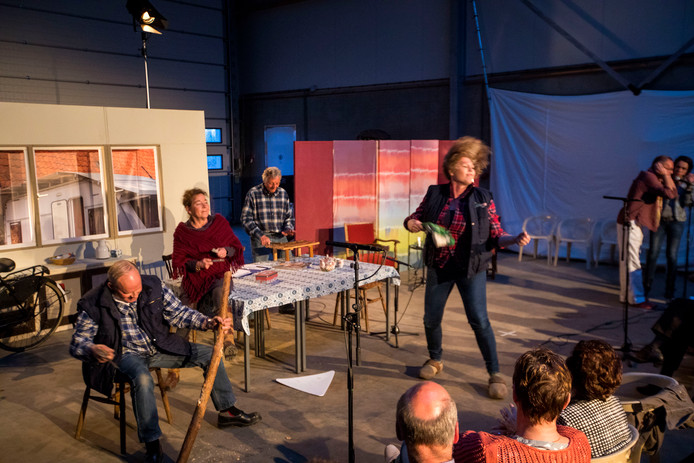 Een scène uit de uitvoering van Boerderij in de Buurt gisteravond, met boer Bart (links) en zijn dochter (midden), die op dat moment graag een zuipkeet op het erf wil.