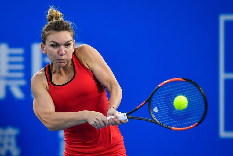 Simona Halep of Romania hits a return against Duan Yingying of China during their women's singles second round match at the WTA Shenzhen Open tennis tournament in Shenzhen in China's southern Guangdong province on January 3, 2018. / AFP PHOTO / - / China OUT