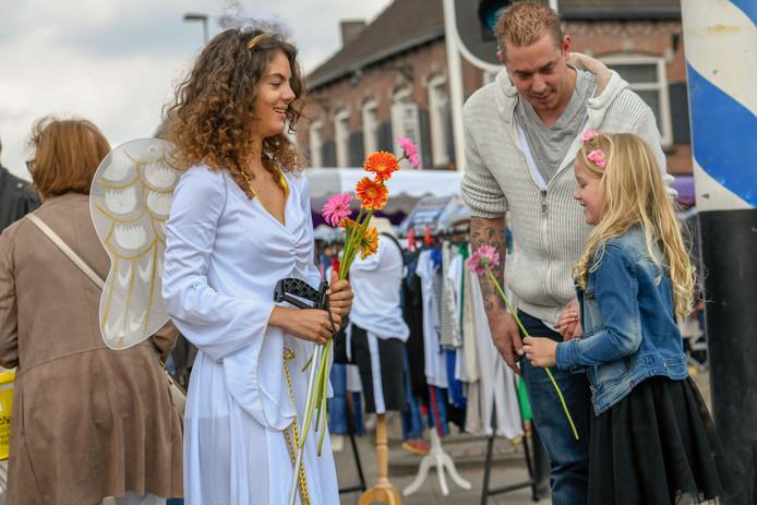 Tussen het publiek lopen enkele meiden verkleed als engel.