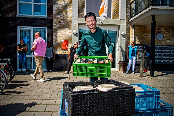 Eigenaar Xu van De Watertuin brengt kisten vol lekker eten voor zorgpersoneel in het Hart van Groenewoud.  Hij ging dinsdag alle verzorgingshuizen in Spijkenisse af
