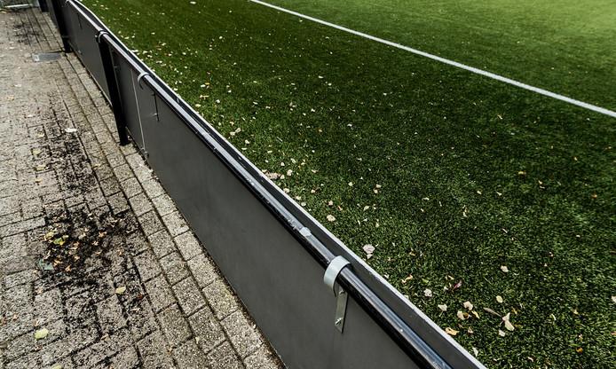 Een bekend beeld bij veel voetbalclubs met kunstgrasvelden: ook buiten de grasmat liggen de rubberkorrels.