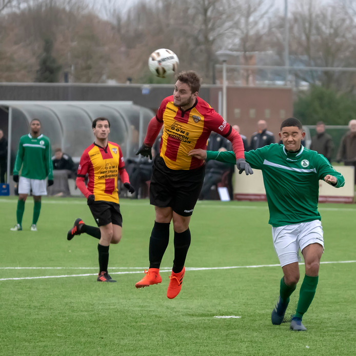 Brian Kruf (midden, geel-rood gestreept shirt) scoorde het laatste doelpunt dit seizoen voor Dosko.