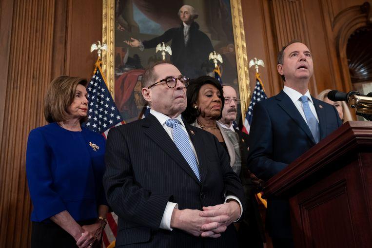 De Democratische top maakt de aanklachten bekend tegen president Trump, met van links naar rechts Huis-voorzitter Nancy Pelosi en de commissievoorzitters Jerrold Nadler, Maxine Waters en Adam Schiff. Beeld AP