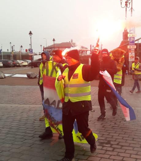 25 gele hesjes marcheren door Vlissingen: 'Rutte rot op!'