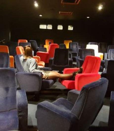 Gekleurde stoelen Filmfoyer in de verkoop