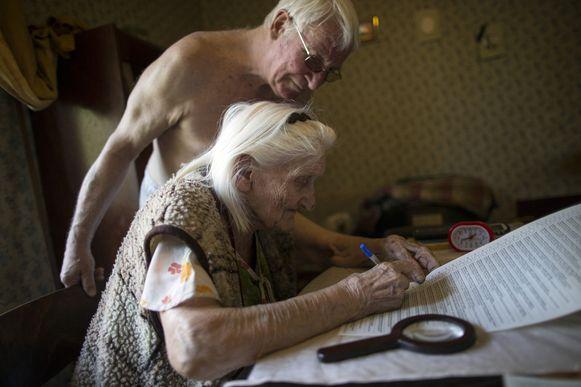 Oudere mensen kunnen thuis stemmen in Oekraïne.