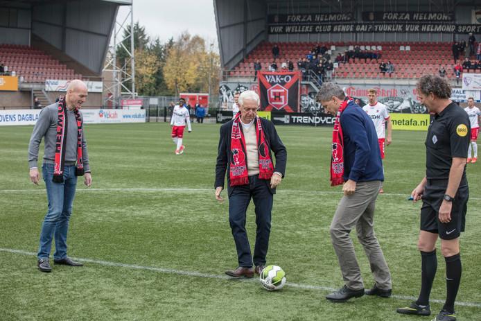 Frans Stienen trapt een balletje in het stadion van Helmond Sport, op het moment dat hij nog wethouder van Sport is.