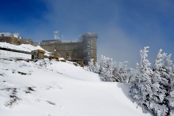 Het weerstation op de Mont Aigoual in de sneeuw.