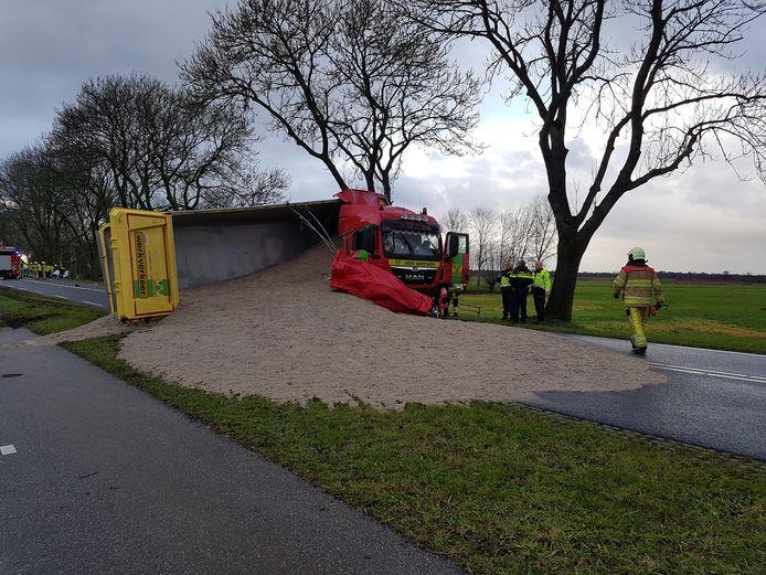 Een gekantelde vrachtwagen blokkeert de Zomerdijk tussen Wanneperveen en Meppel.