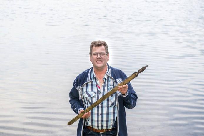 Roger Vendelmans vond in de jaren '80 een zwaard uit de IJzertijd in een zandwinput aan de Maas bij Lith.