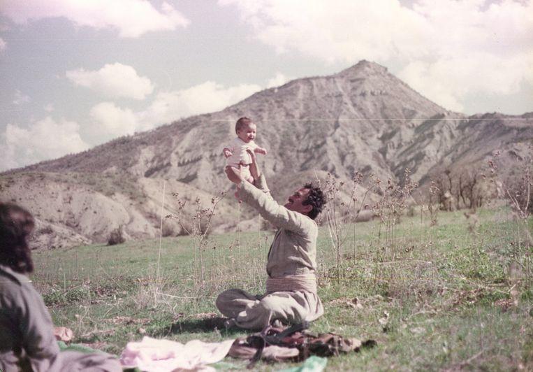 Beri Shalmashi met haar vader in Koerdisch gebied. Beeld Foto uit familiealbum