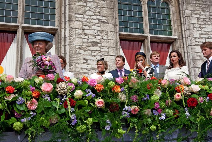 Koningin Beatrix bedankt het publiek na afloop van Koninginnedag in 2010, vanaf het bordes van het stadhuis in Middelburg.