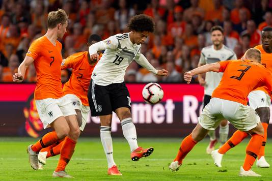 Frenkie de Jong (links) in duel met Leroy Sané.