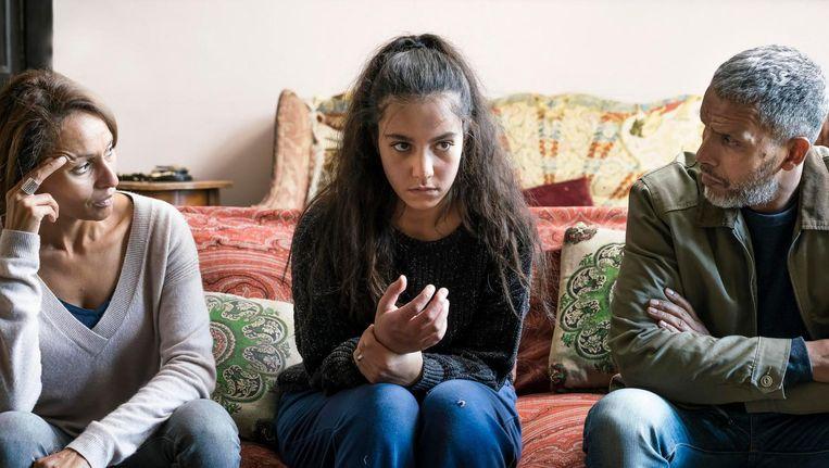 Chama (Lina El Arabi) tussen haar ouders in Ne m'abandonne pas. Beeld