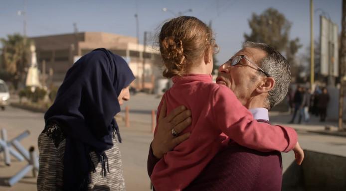 In kampen in Syrië zitten ook Nederlandse kinderen vast. Hoessein wist zijn dochter, een aanhangster van IS, op te sporen en te bezoeken. Hier neemt hij  afscheid van zijn dochter en een van zijn kleindochters.
