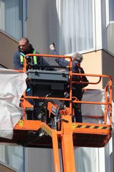 Bewoners van Rijswijkse zorgflat krijgen hoog bezoek: 'Mijn moeder heeft voor het eerst weer gelachen met tranen'