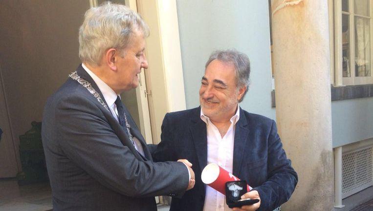 Héctor Shalom krijgt de penning van Van der Laan. Beeld Gemeente Amsterdam