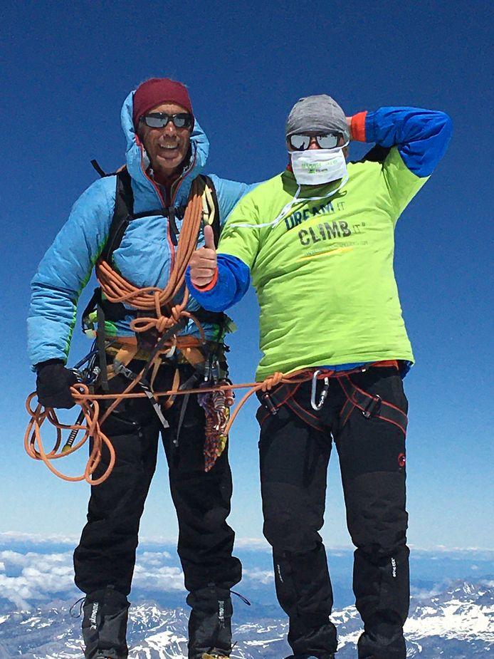 Hoogledenaar Koen Janssens op de top van de hoogste berg van West-Europa, met mondmasker.