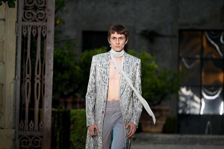 Een model op de catwalk voor Givenchy.