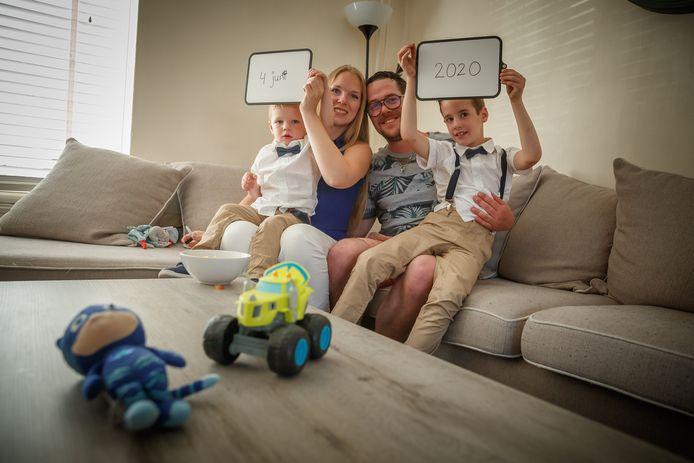 Davy en Simone houden vast aan hun oorspronkelijke huwelijksdatum. Zoon Justin van twee en de 6-jarige zoon Luca van Davy uit een eerdere relatie, zijn erbij.