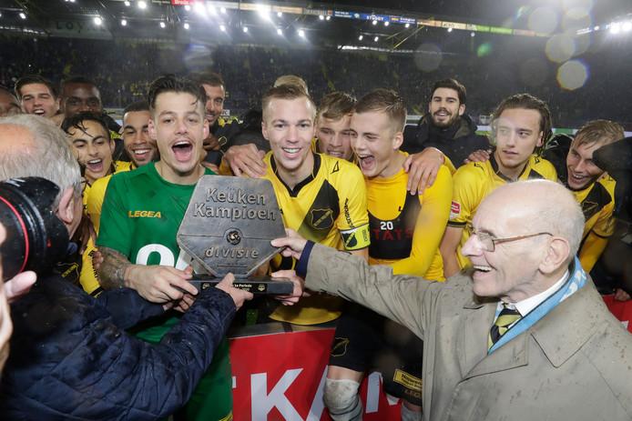 Nick Olij en Arno Verschueren vieren de periodetitel met het team.