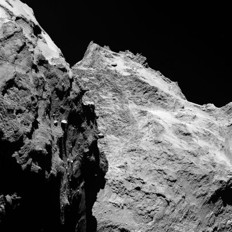 Close-up vanuit ruimtesonde Rosetta waar het woeste berglandschap van komeet 67P/Chruyumov-Gerasimenko Beeld ESA