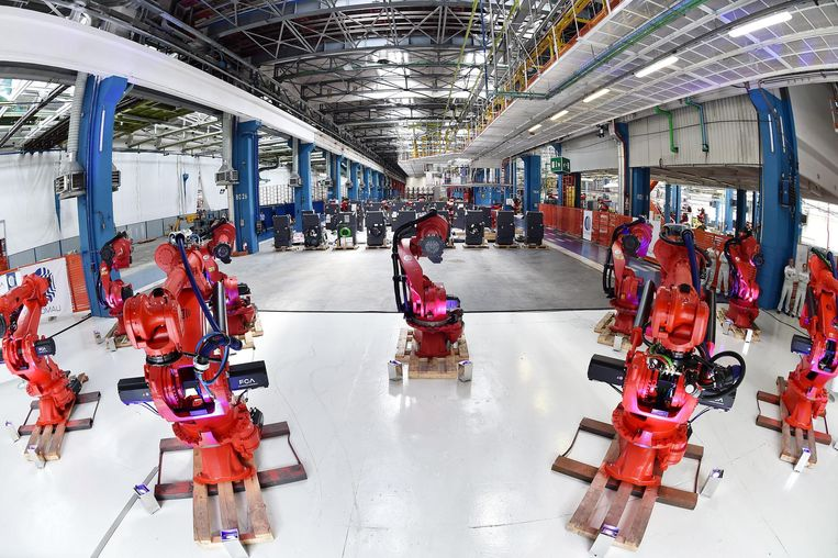 Lopende band robots in de FCA Mirafiori fabriek in Turijn, Italië. Beeld EPA