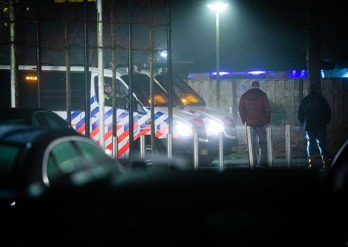 Politie op straat in de wijk Langedonk in Roosendaal.