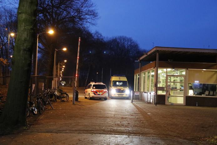 Hulpdiensten aan de poort van het asielzoekerscentrum Overloon na de vechtpartij.
