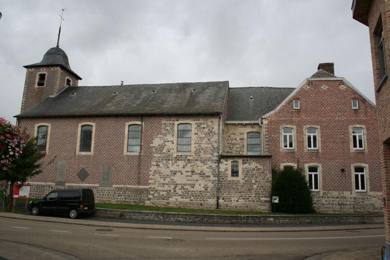 Een zijaanzicht van de kerk, met rechts de pastorie er tegenaan gebouwd