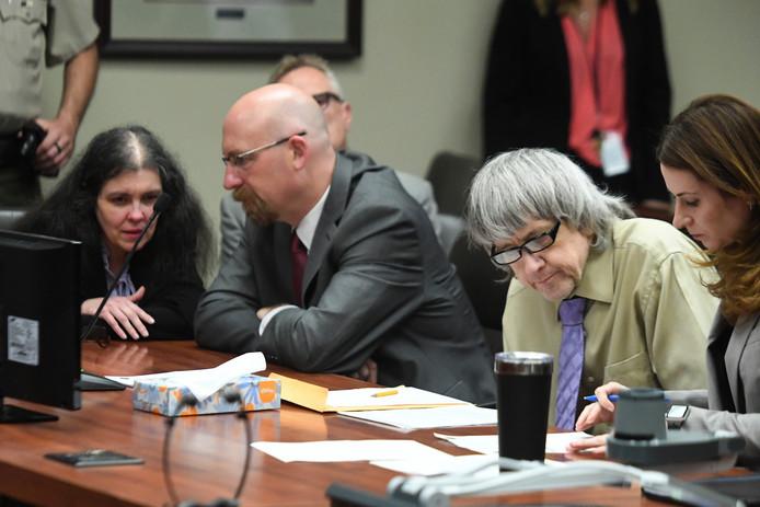 Louise en David Turpin en hun advocaten bij de uitspraak in de rechtszaal van Riverside, Californië.