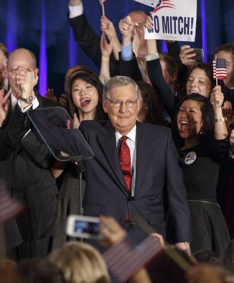 Republikein Mitch McConnell viert zijn overwinning in Louisville, Kentucky. Hij gaat op voor zijn zesde termijn in de Senaat. Beeld ap
