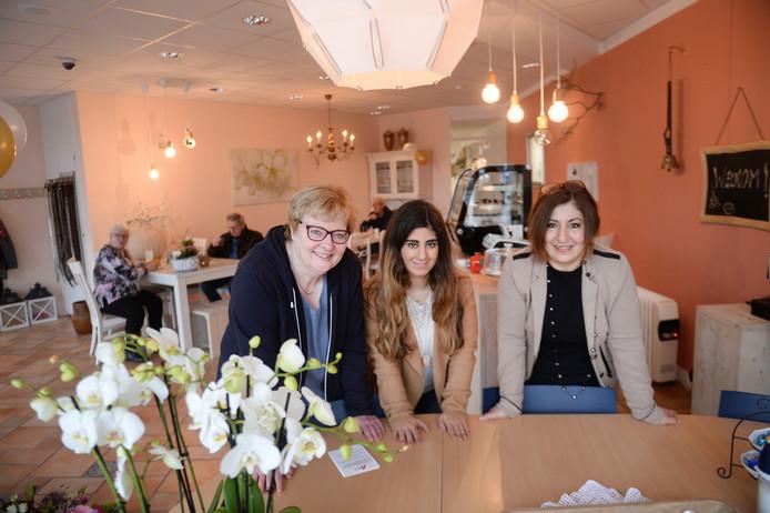 vlnr Anita Timmer, Karin en Sabine Avci hebben van hun winkel een ontmoetingscentrum gemaakt, wat drijft hen