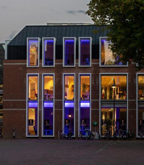 Wagenings stadhuis baadt in een blauw licht
