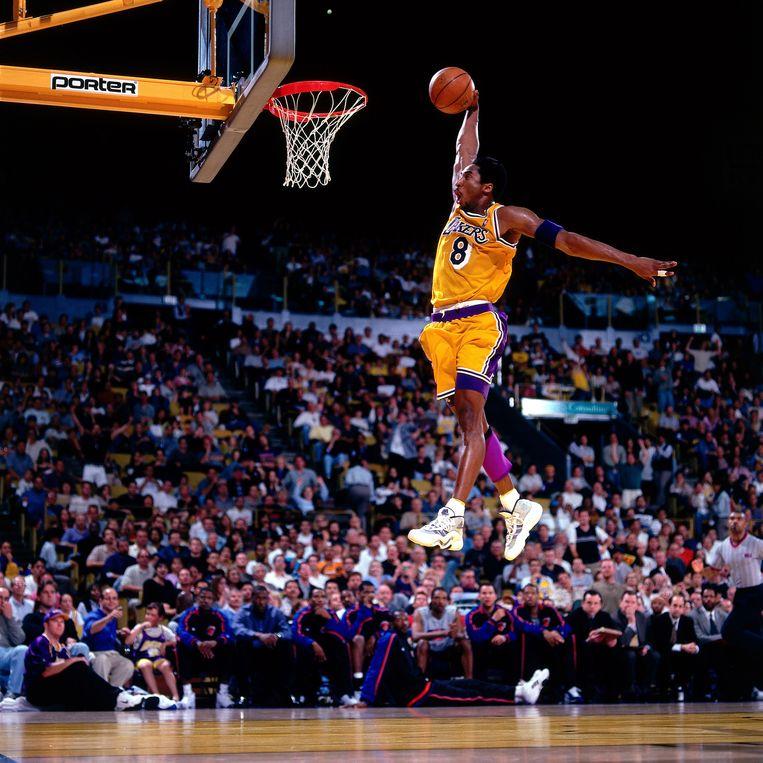 1999: Bryant stijgt op voor een eenhandige dunk. Beeld NBAE via Getty Images