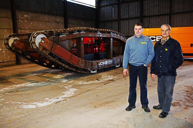 Mecanicien Gino Vandepapeliere en Robert Vandaele maakten het onderstel van de tank rijvaardig. Alleen de bekleding en het plaatwerk ontbreken nog.