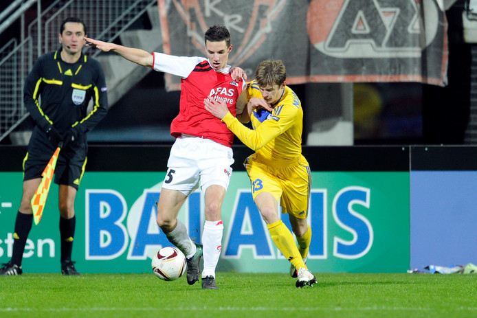 Seizoen 2010-2011: AZ tegen Bate Borisov in de Europa League, Nick Viergever in duel met Pavel Niakhalchyk.