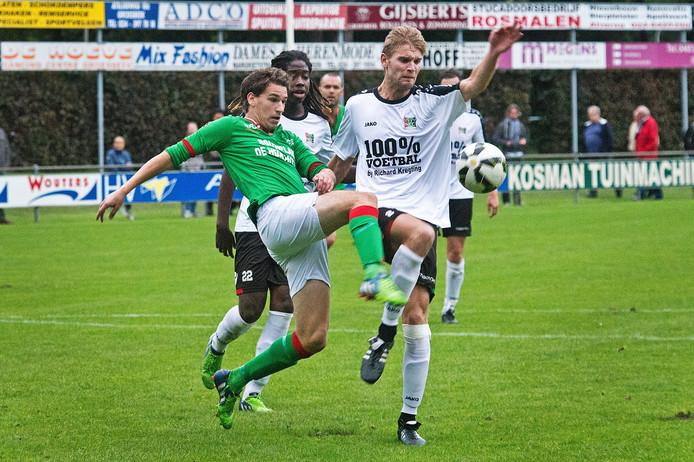 Invaller Niek Temmink van Germania duelleert met NEC'er Luuk Rossen (rechts).