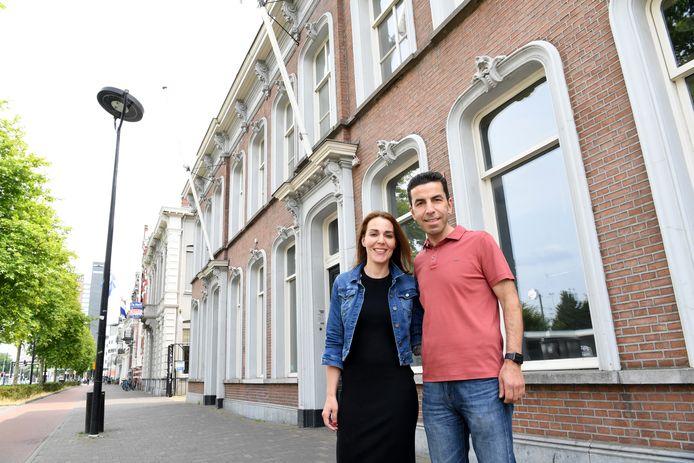 Huisarts Hasan en zijn echtgenote Leyla Poyraz, die achter de schermen in de praktijk werkt, bij het pand waar ze komend najaar de deuren openen.