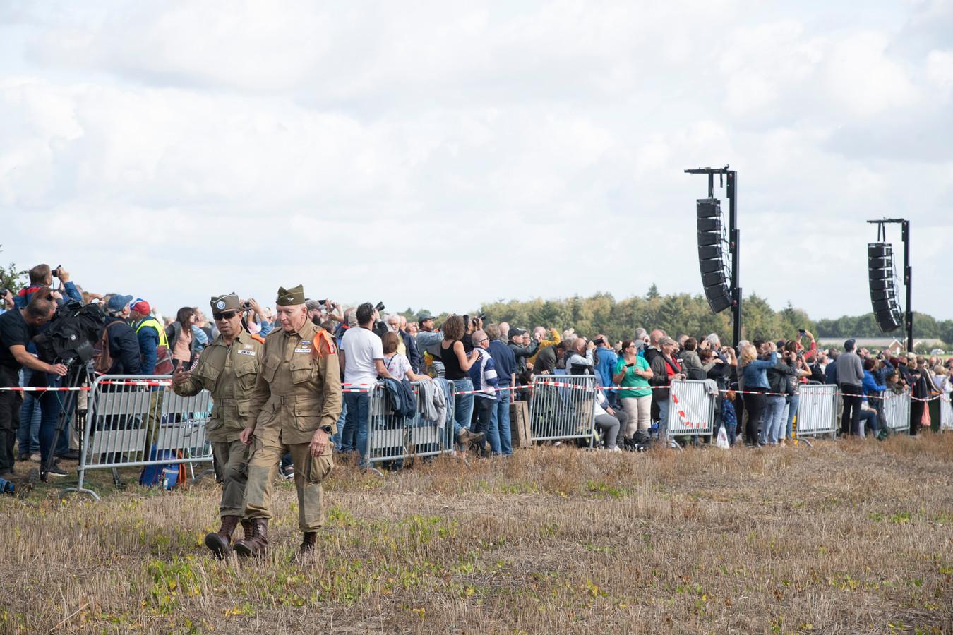 Op het terrein waren zo'n 5000 mensen aanwezig. Vanaf de wegen rond de droppingzone bekeken nog eens honderden mensen de luchtlandingen.