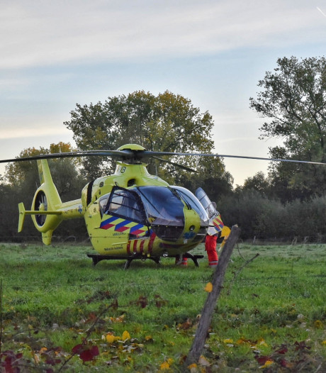 Bromfietser komt onder aanhanger tractor in Hilvarenbeek, bromfietser ernstig gewond, Diessenseweg afgesloten